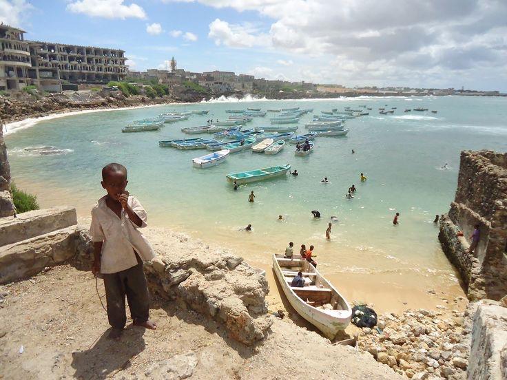 Enfant sur le port de Mogadiscio, Somalie