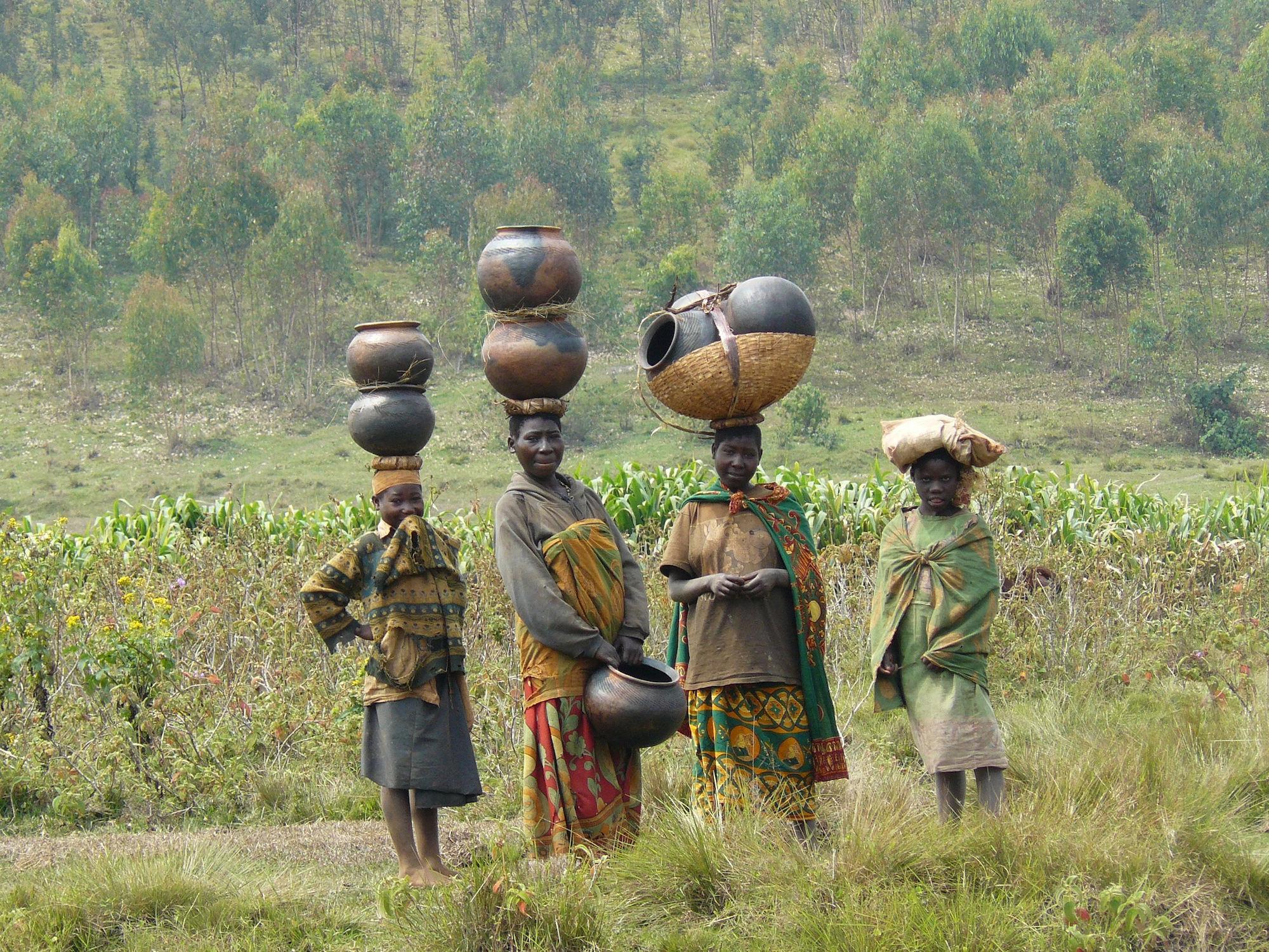 Femmes et jeunes filles transportant de l'eau, Burundi