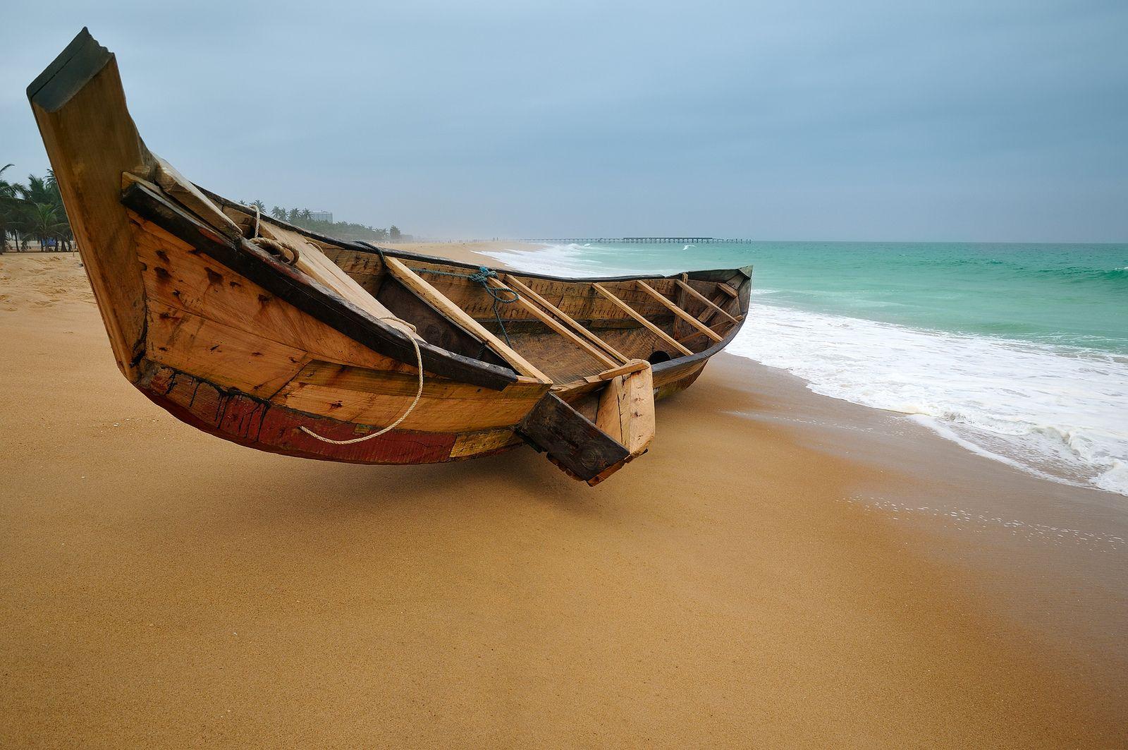 Pirogue sur une plage de Lomé, Togo