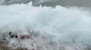 Des vagues gelées et qui bougent au lac Baïkal, en Russie