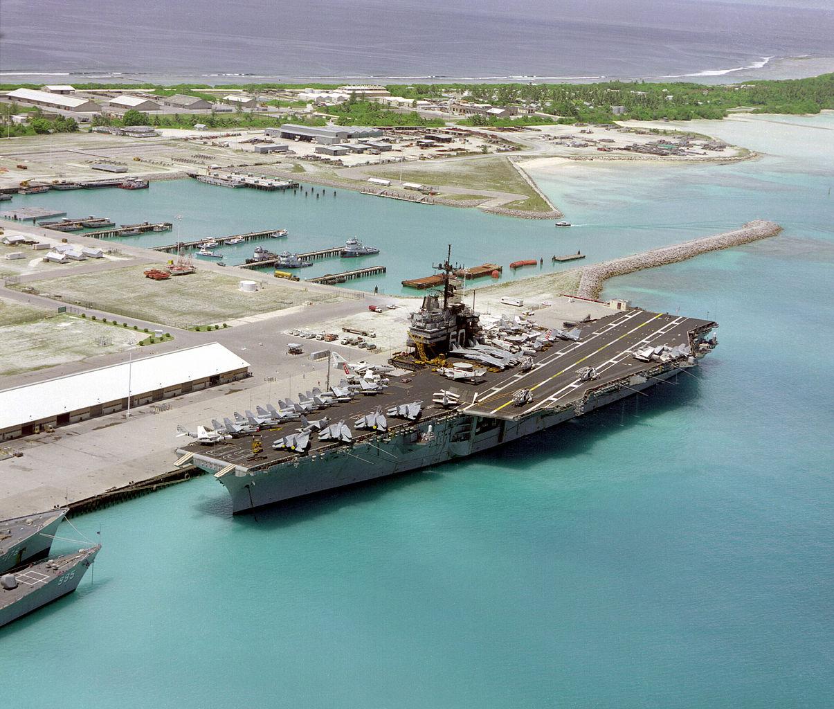 Le porte-avions USS Saratoga dans la base militaire de Diego Garcia, Chagos (Décembre 1985)