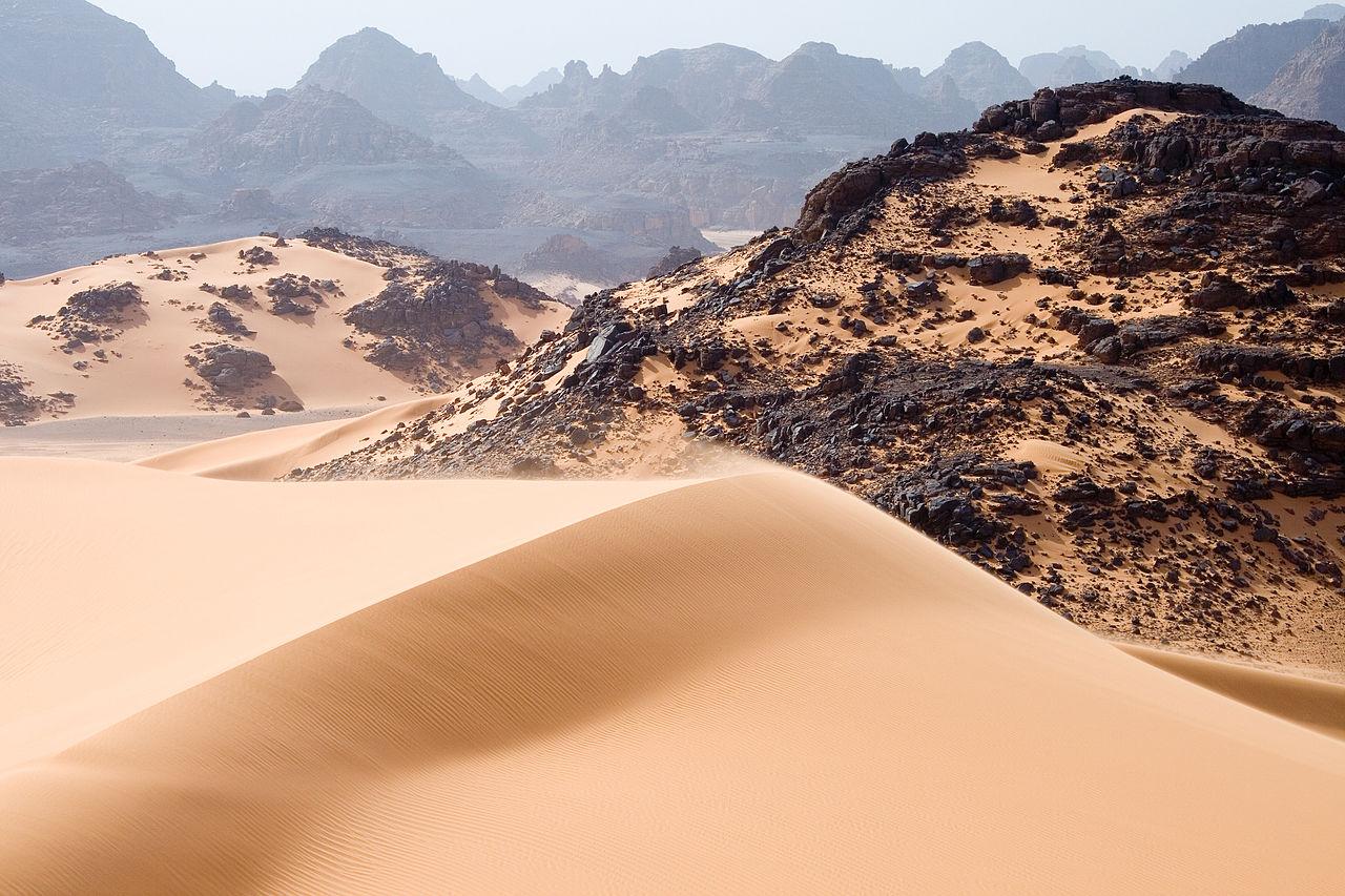 Dunes mouvantes, rochers et montagnes dans le Tadrart Acacus, Sahara, sud-ouest de la Libye
