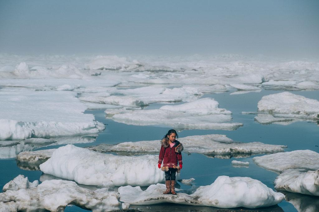 Jeune fille inuit à Barrow, Alaska