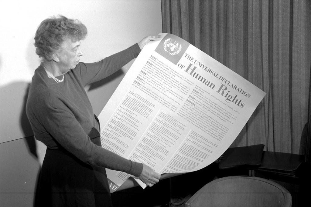 Eleanor Roosevelt, États-Unis, tenant une affiche représentant la Déclaration universelle des droits de l'homme, novembre 1949