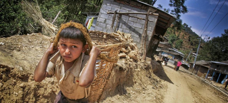 Un petit garçon travaille comme ouvrier près de Katmandou, au Népal