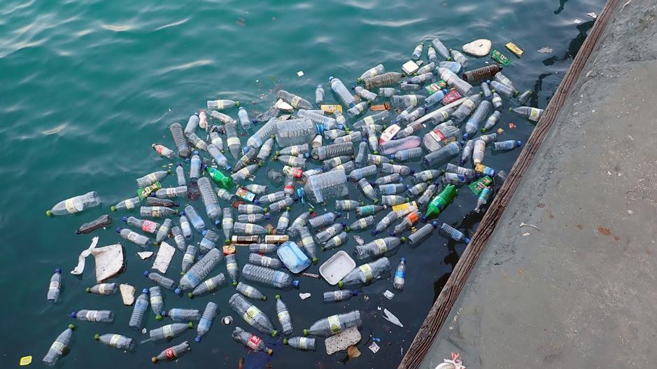 Bouteilles en plastique dans la mer