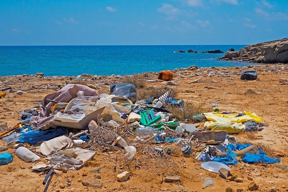 Déchets plastiques sur une plage