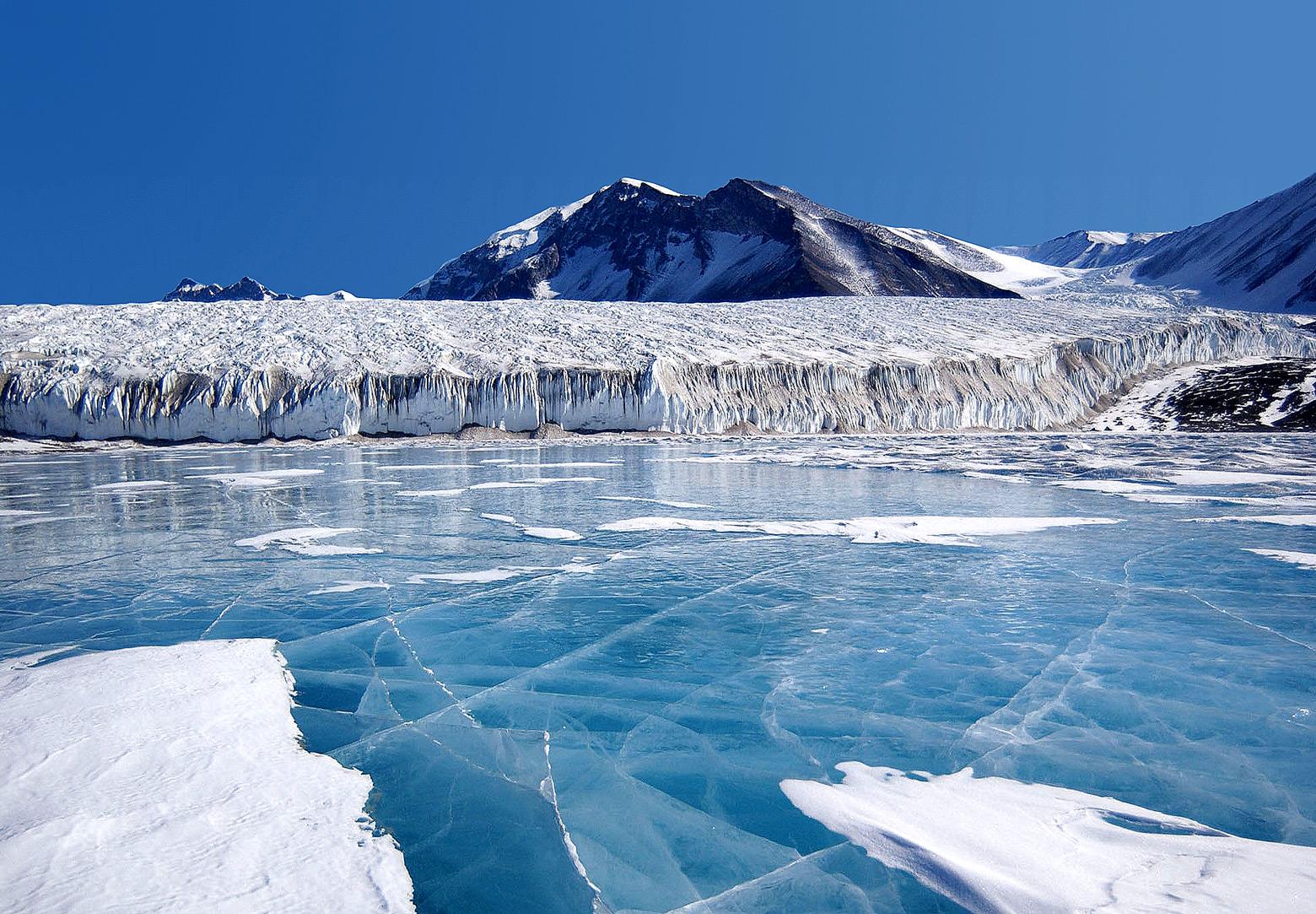 Glace bleue couvrant le Lac Fryxell, Antarctique.