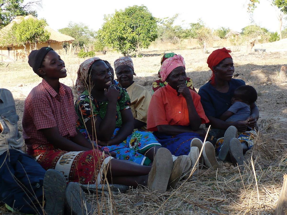 Zambie - femmes dans un village