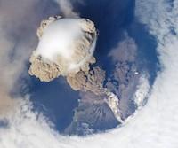 Éruption du volcan Sarytchev depuis l'espace